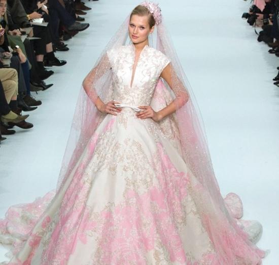vestido-de-noiva-com-detalhes-rosa (1)