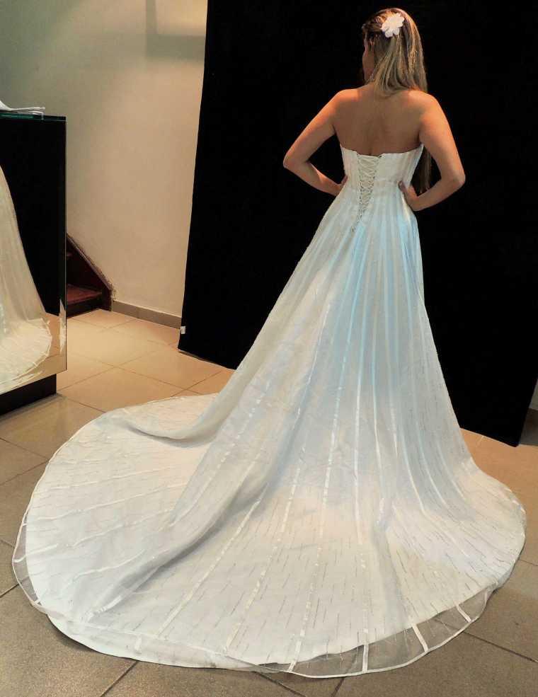 Parte de trás do Vestido com a cauda.