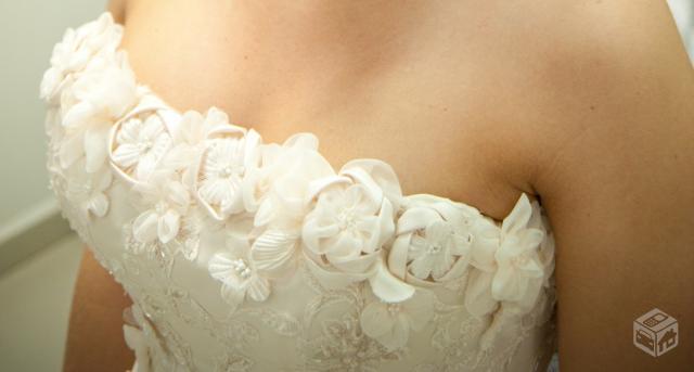 Detalhe das flores no Busto. Lindo !! Esta cor de vestido nesta foto é do Off White.